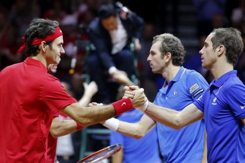 Đôi chủ nhà Pháp (phải) bắt tay đối thủ sau trận thua quan trọng