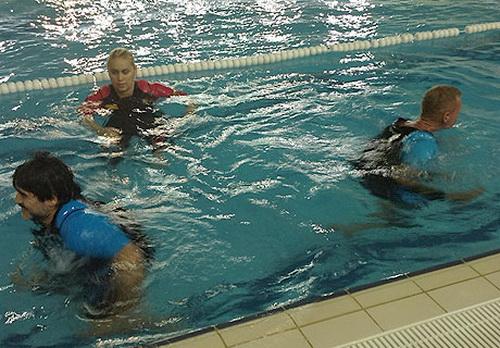 Di chuyển linh hoạt trên mặt nước nhờ áo phao đặc biệt