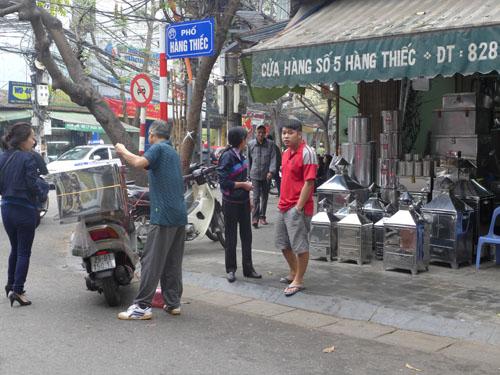 Thùng luộc bánh chưng trên phố Hàng Thiếc đắt hàng
