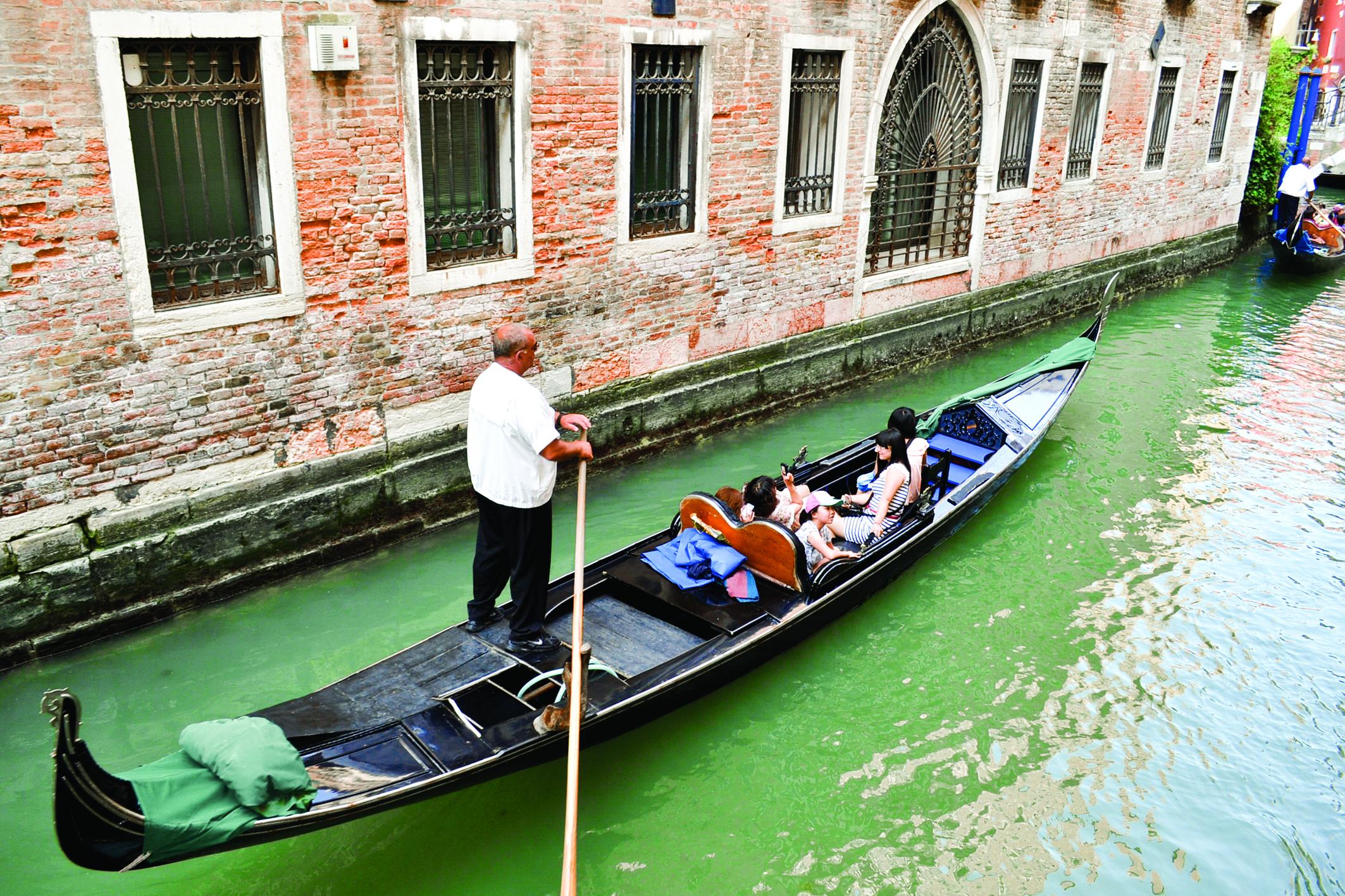 Du khách Việt du ngoạn ở TP Venice - Ý. Ảnh: NGỌC CÚC