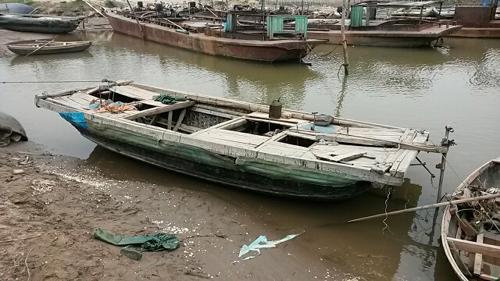 Chiếc thuyền cào ngao gặp nạn được lực lượng chức năng trục vớt sau vụ tai nạn khiến 6 người chết