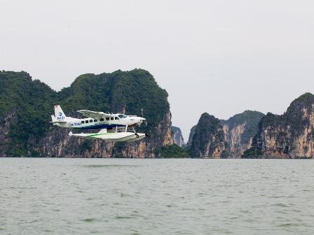 Thuỷ phi cơ bay trên vịnh Hạ Long