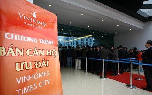 Hàng chục khách hàng đã phải xếp hàng đăng ký mua căn hộ Times City của Vingroup, sau khi doanh nghiệp này mở bán trở lại vào ngày 17-3.