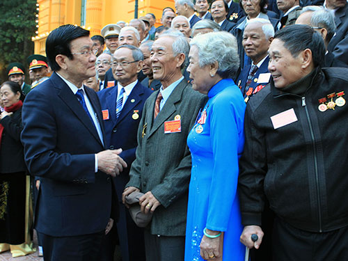 Chủ tịch nước Trương Tấn Sang thăm hỏi các đại biểu tham gia cấp ủy trong nhà tù và trại giam của Mỹ, ngụy Ảnh: TTXVN