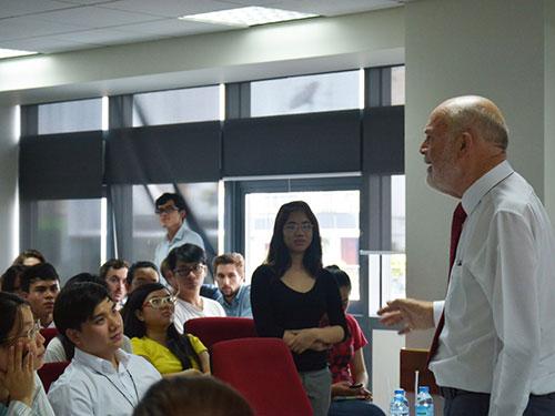 Tỉ phú Merle Allan Hinrich nói chuyện với sinh viên Trường ĐH Hoa Sen