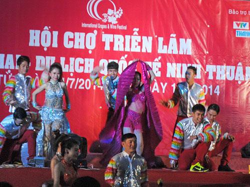 Biểu diễn nghệ thuật khai mạc hội chợ nhân Lễ hội Nho và Vang quốc tế lần thứ I