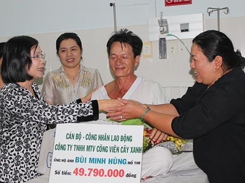Bà Nguyễn Thị Thu Hà - Ủy viên Trung ương Đảng, Phó Bí thư Thành ủy TP HCM (bên trái) - tặng quà cho anh Bùi Minh Hùng