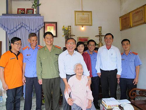 Đại diện Khối Thi đua VI thăm mẹ Đoàn Thị Thê (ngồi)