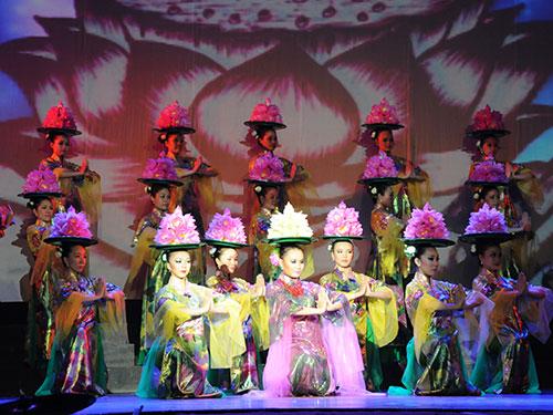 Nhà hát ca múa nhạc Bông Sen sẽ biểu diễn chương trình chào đón năm mới 2015 tại sân khấu Khu A Công viên 23-9 vào tối 1-1- 2015