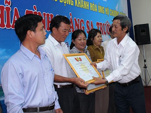 Ông Nguyễn Văn Hài, Phó Chủ tịch LĐLĐ tỉnh Khánh Hòa, tặng bằng khen cho các tập thể