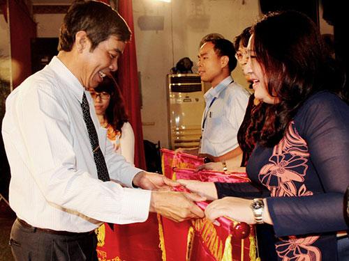 Ông Nguyễn Văn Khải, Phó Chủ tịch Thường trực LĐLĐ TP trao cờ thi đua của Tổng LĐLĐ Việt Nam cho tập thể xuất sắc