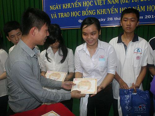 Ông Phạm Trần Nhật Minh, Phó Tổng Giám đốc Công ty TNHH Nhựa Long Thành, trao học bổng cho học sinh, sinh viên nghèo