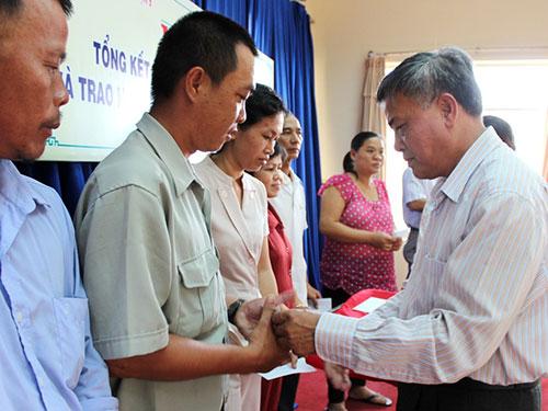 Ông Lê Minh Yến - Chủ tịch LĐLĐ quận 9, TP HCM - trao tiền hỗ trợ CNVC-LĐ khó khăn