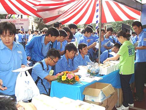 """Đông đảo HS-SV tham gia """"Ngày hội Việc làm Cao Thắng"""" năm 2013"""