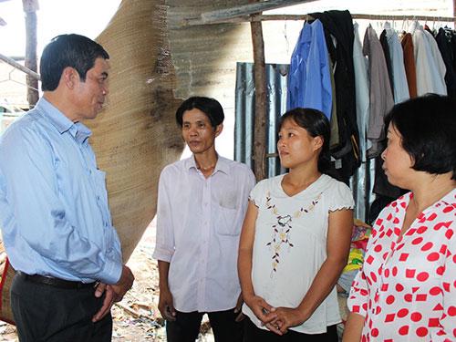 Ông Nguyễn Văn Khải, Phó Chủ tịch Thường trực LĐLĐ TP HCM (bìa trái), thăm hỏi công nhân