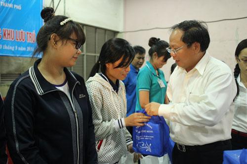 Ông Tất Thành Cang, Phó Chủ tịch UBND TP HCM, tặng radio cho công nhân tại nhà lưu trú Nissei - KCX Linh Trung 1