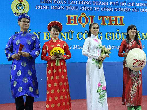 """Các thí sinh trong phần thi thời trang tại hội thi """"Cán bộ Nữ công giỏi"""" do Công đoàn Tổng Công ty Công nghiệp Sài Gòn tổ chức"""