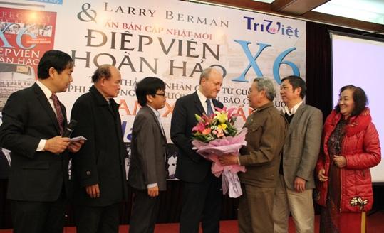 Trung tướng Lê Văn Hân tặng hoa cảm ơn tác giả Larry Berman