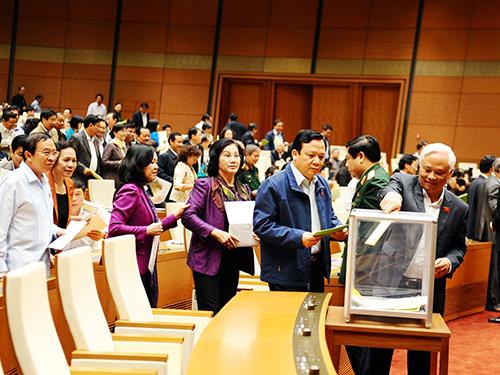 Các đại biểu Quốc hội bỏ phiếu tín nhiệm sáng 15-11-2014 - Ảnh: HOÀNG NGỌC