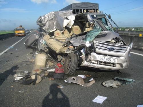 Xe khách bị biến dạng hoàn toàn sau vụ tai nạn trên đường cao tốc
