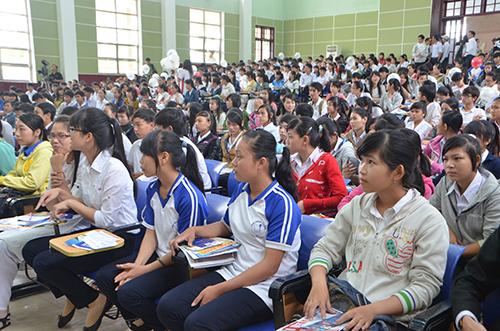 Học sinh chăm chú nghe ban tư vấn nêu những điểm mới kỳ tuyển sinh 2014