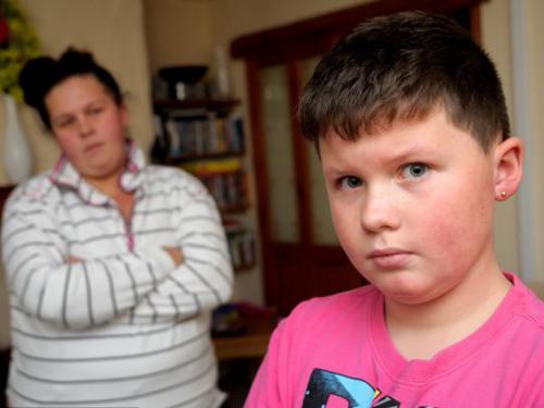 Zac Eccleston và mẹ cậu bức xúc về việc bị chuyển trường