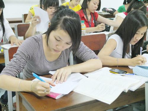 Công nhân theo học bổ túc văn hóa tại Trung tâm Giáo dục thường xuyên Tôn Đức Thắng