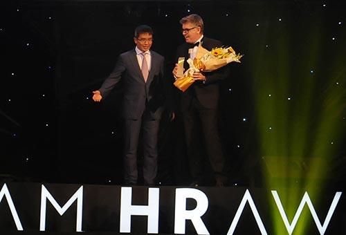 """Tổng Giám đốc AIA Việt Nam, ông Stephen Clark (phải), nhận giải thưởng """"Doanh nghiệp có môi trường làm việc tốt"""""""