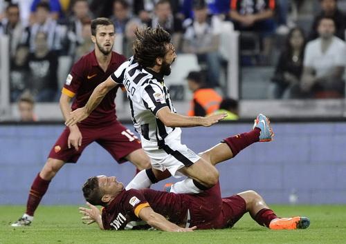 Pha vào bóng quyết liệt của Totti với Pirlo