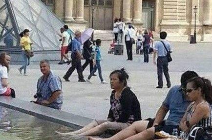 Hình ảnh du khách Trung Quốc ngâm chân trong một đài phun nước phía trước Bảo tàng Louvre ở Pháp. Ảnh: The Journal