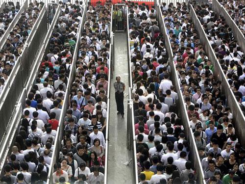 Người dân xếp hàng tại nhà ga Tiantongyuan North, trung tâm thủ đô Bắc Kinh. Ảnh: REUTERS