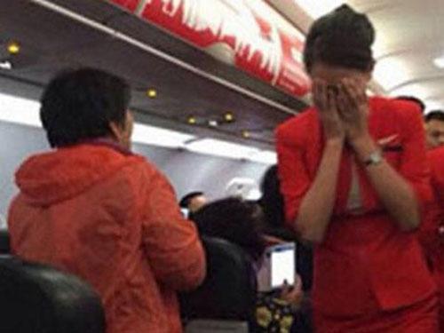 Khung cảnh vụ tiếp viên hàng không Thái Lan bị hành khách Trung Quốc tạt nước nóng Ảnh: STOMP
