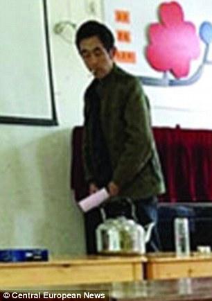 Thầy giáo Gao Chao hành sự... Ảnh: CEN