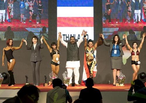 Lực sĩ Trần Thị Cẩm Tú (bìa phải) giành HCĐ fitness