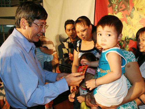 Ông Trần Thanh Hải. Phó chủ tịch Thường trực Tổng LĐLĐ Việt Nam, lì xì cho con công nhân tại quận Bình Tân