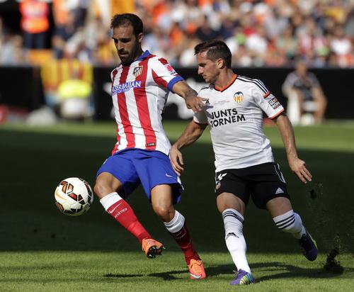 Jesus Gamez (trái, Atletico) và Pablo Piatti (Valencia)