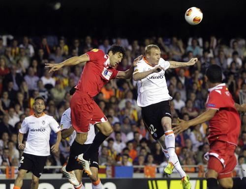 Valencia (áo sáng) chiếm ưu thế khi ghi đến ba bàn thắng trong vòng 70 phút