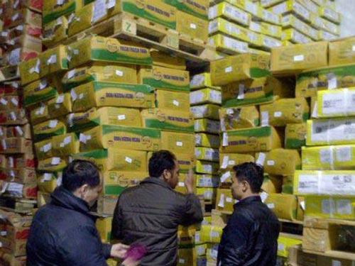 Hơn 3.000 thùng thịt trâu nhập khẩu đội lốt thịt bò bị lực lượng chức năng niêm phong tại kho của Cty An Việt - KCN Quang Minh (Hà Nội) vào sáng 4-12.
