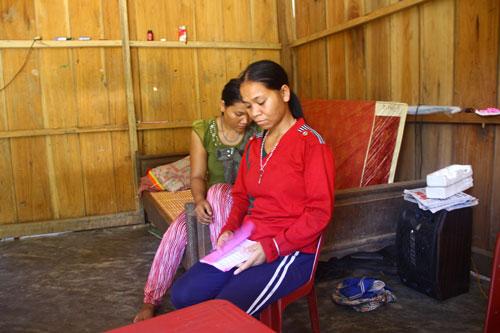 Người nhà chị Hồ Thị Phơ đau buồn trước việc con trai của chị tử vong sau khi sinh. Ảnh: QUANG VINH