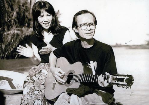 Cố nhạc sĩ Trịnh Công Sơn và em gái Vĩnh Trinh. Ảnh: tư liệu