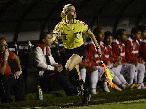 Fernanda Uliana điều hành một trận đấu ở Cúp Quốc gia Brazil