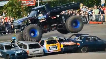 Chiếc xe tải biểu diễn trước khi gây tai nạn. Ảnh: YouTube