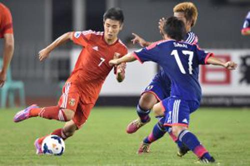 U19 Trung Quốc (trái) cũng mạnh không kém U19 Nhật Bản, Hàn Quốc