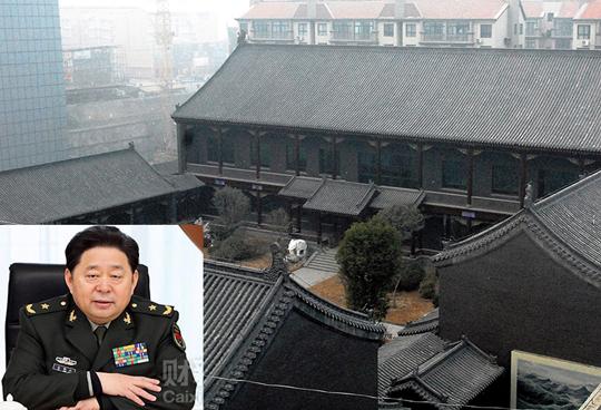 Gu Junshan (ảnh nhỏ) thuê nhiều thợ giỏi về xây tòa nhà kiểu xưa giữa trung tâm thành phố. Ảnh: ASAHI - CAIXIN