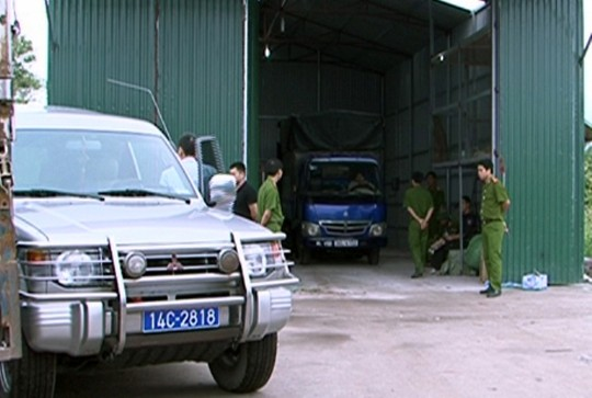 Lực lượng chức năng kiêm tra kho chứa hàng lậu trong vụ đột kích rạng sáng 2-11 vừa qua