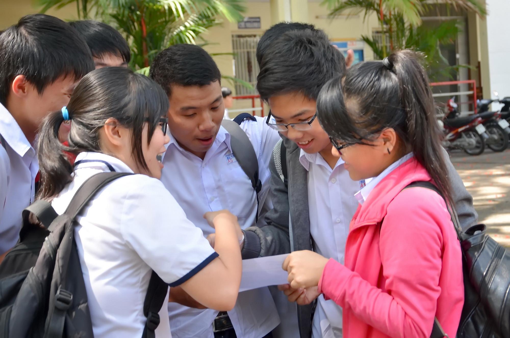 Thí sinh trao đổi sau buổi thi môn toán tại Hội đồng thi Trường THPT Bùi Thị Xuân, TP HCM. Ảnh: T. Thạnh