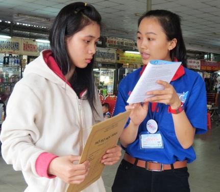 Sinh viên tình nguyện tư vấn, giúp đỡ thí sinh, phụ huynh về TP dự thi trong kỳ thi tuyển sinh cao đẳng, đại học năm 2014