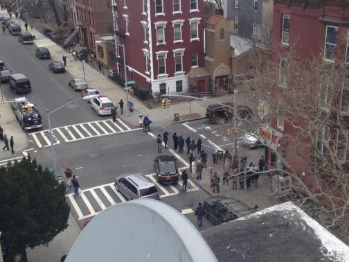 Phong tỏa hiện trường vụ nổ súng bắn chết cảnh sát gây rúng động. Ảnh: Reuters