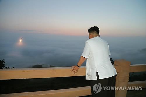 Nhà lãnh đạo Triều Tiên Kim Jong-un theo dõi một vụ phóng tên lửa đại đạo. Ảnh do hãng thông tấn trung ương Triều Tiên (KCNA) công bố hôm 30-6