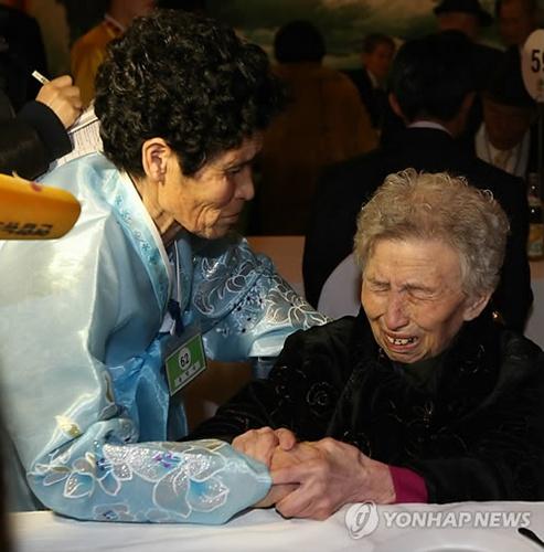 Cụ bà 87 tuổi người Hàn Quốc Lee Young-sil (phải)  gặp con gái Dong Myung-suk, 66 tuổi, đang sống ở Triều Tiên. Ảnh: Yonhap